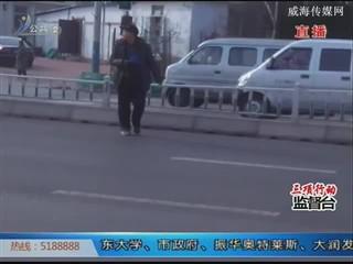 爱拍:皮卡后车载人,对生命安全太不负责!