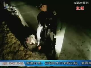 一醉汉倒卧雪中 民警帮忙送回家